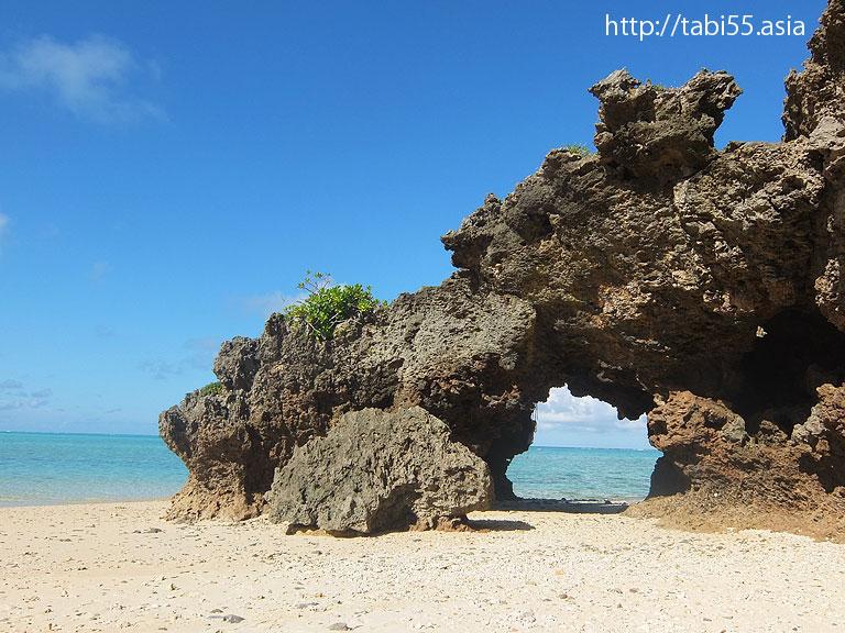 岩のトンネル 与論島の風景(鹿児島県与論島)