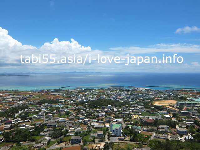 城山(伊江島タッチュー)から、伊江島と海を眺める