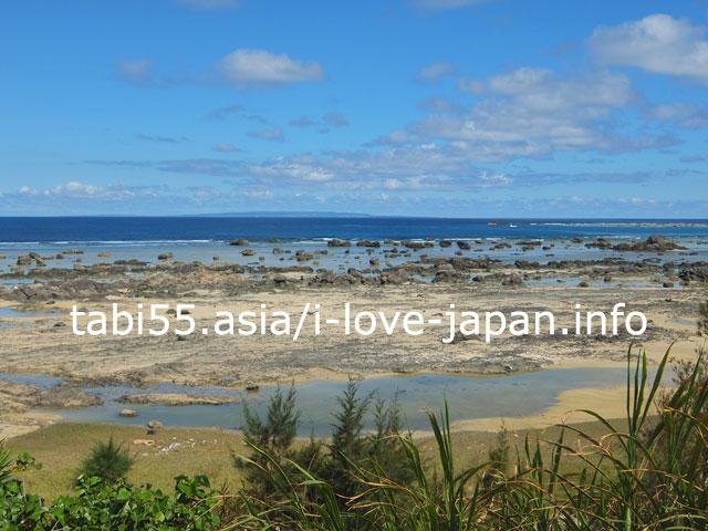 あやまる岬観光公園で、浅瀬を散策