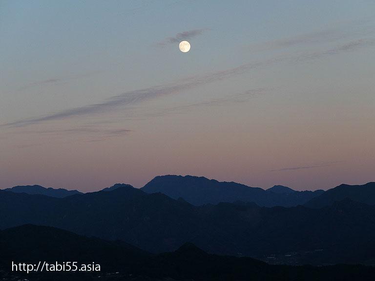 国見ヶ丘の月