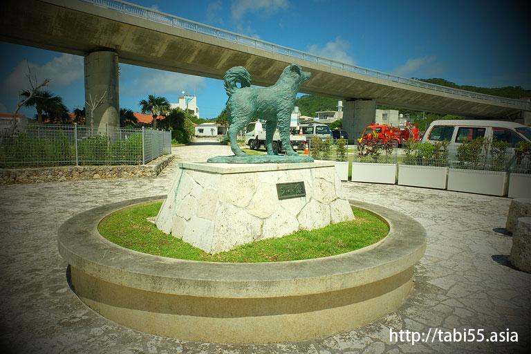 シロの像(阿嘉島)