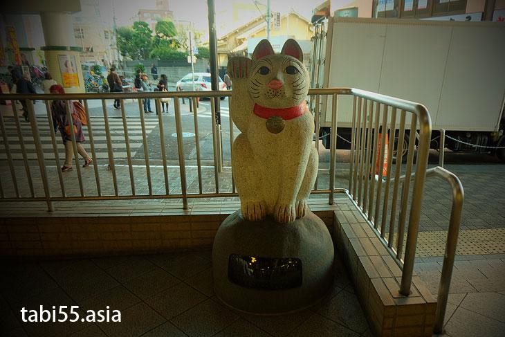 小田急線「豪徳寺駅」では、招き猫が迎えてくれます