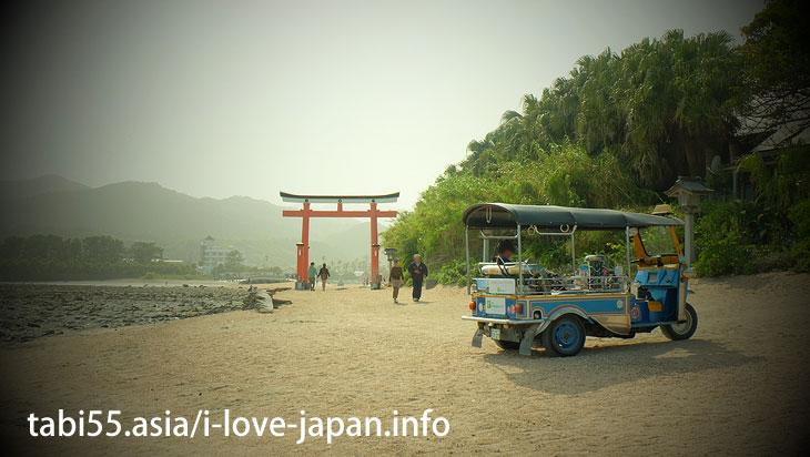 鬼の洗濯板に囲まれた青島に、青島神社がある