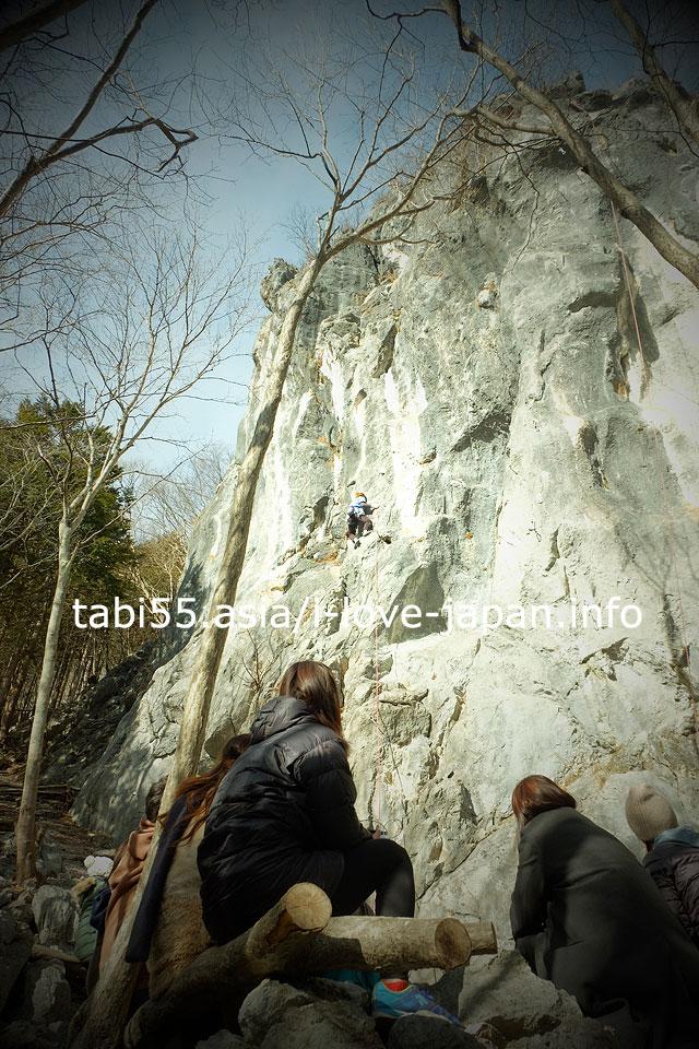 絶景ハイキング後、小鹿野町・二子山でロッククライミング見学